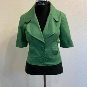 Super fin Vero Moda jakke i grøn med korte ærmer, stor krave og knapper. Fine detaljer på ærmerne og en anderledes type overtøj perfekt til den dejlige danske sommer🌞