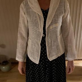 Flot cardigan/jakke i råhvid sælges da jeg aldrig for den brugt. Fremstår som ny da jeg har brugt den 2-3 gange.