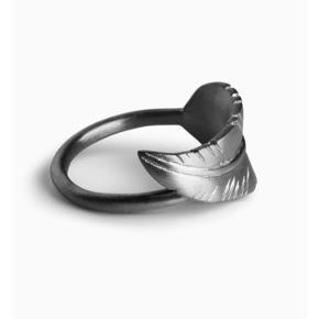 Sælger denne her leaf ring fra Jane Kønig, den er aldrig brugt, og er derfor i mega stand! Byd gerne, ny prisen 950kr