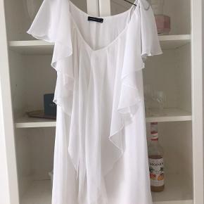 Fitter en S, kjolen er med inderkjole så den er ikke gennemsigtig.