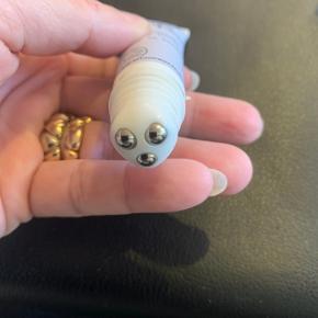 Eye Roll-on 15 ml ny📌  Giver fugt, og frisker øjenomgivelser op, mindsker hævede øjne. De små kugler, gør den meget behageligt at bruge.  Et lille fif, opbevar øjencremen i køleskabet, så er den dejlig kølende at bruge 👍  📌Prisen er for begge 2📌  Tjek også mine andre TRENDSALE TILBUD, sender gerne flere produkter i samme pakke 👍🤩  🔥Har 4 stk - 60 kr for alle🔥