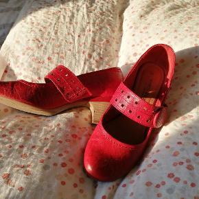 Rigtig fine røde sko, kun brugt én enkelt gang.
