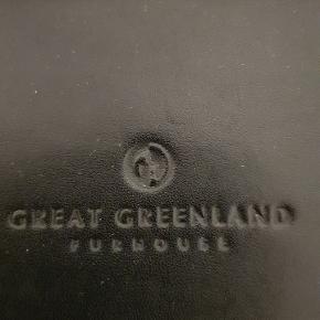 Som ny lækker skuldertaske fra Great Greenland i kraftig skin og ægte sæl - Tasken er 24cm høj og 28x12cm bred - hankene måler fra tasken og lodret op 35cm - den er fuldstændig ren og hel både indeni og udenpå - kan ses og hentes i 8410 Rønde eller sendes med GLS på købers regning