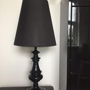 Fin sort bordlampe som er som ny. Købt i Bahne. 62 cm høj