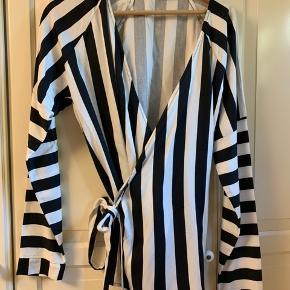 Rigtig sød slå-om bluse med sort/Hvidt stribet mønster
