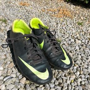 Sælger disse brugte fodboldstøvler til billige penge OBS slidmærker ved hælen (se billeder)