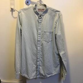 En skjorte fra mærket Pull & Bear i Spanien. Knapper hele vejen ned, men kun den øverste er tydelig. Lækker kvalitet.