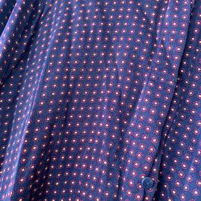 Fin mønstret satin skjorte fra other stories  •brugt få gange  • str. 38, men kan passes af xs,s,m • np. 599,-