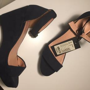 Mørkeblå sko, aldrig brugt, nypris 500kr. Stadig med mærke. BYD!