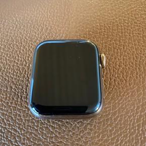 Pænt og velholdt apple watch series 4 (40 mm). Ingen ridser selvom det selvfølgelig er et ur der har været brugt. Lader, æske mv medfølger. Rem er dog købt efterfølgende (Apple 40mm Gold Milanese Loop). Købt da det udkom, kvittering haves ikke længere.