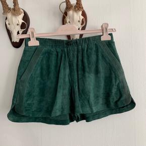 Grønne ruskindsshorts fra H&M i lækreste materiale.  Aldrig brugt Nypris 600kr