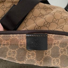 GUCCI VINTAGE BAGS Rigtig stor lækker weekendtaske fra Gucci med tilhørende toilettaske.  Standen er fin.  Der medfølger dustbag.  2800,-   Skriv gerne for yderligere information, interesse eller spørgsmål. 🤍