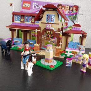 LEGO Friends 41126 Heartlake rideklub  I super fin stand.  Der mangler 6 klodser til huset, men funger fint uden.  Der mangler også nogen pynte klodser, som mad blomster, bøster til hestene.  Nypris 599 Prisen er sat efter stand og er fast.
