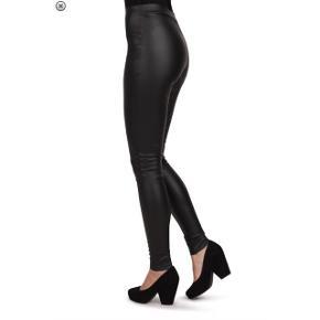 Leggings i et imiteret læderlook med elastik i livet, hvilket gør at de sidder godt i livet. Et par leggings, der er tætsiddende og bevægelig i pasformen.Nypris: 800,-