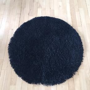 Har 2 stk runde tæpper  Store , 80 cm Pris pr tæppe var 499;- 300kr stk eller begge to for 500kr. Skal afhentes