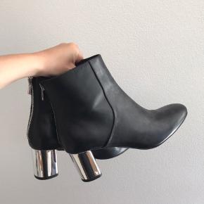 Sælger de her fede støvler fra & Other Stories, da jeg bare ikke får dem brugt nok.  Brugt 1 gang til et indendørs arrangement  Nypris: 1300,- DKK