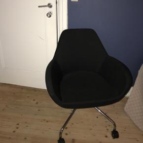 Lækkert sort kontoret stol med hjul. Købt hos Rumas i Aalborg. Kun stået til pynt. Har desværre ikke kvitteringen mere.  Nyprisen var 3700kr.