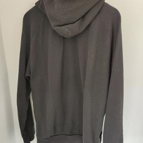 Acne Studios zip hoodie i sort medium. Fin stand, men brugt. Jeg sælger ud af mange ting og tager derfor gerne imod bud for alle varer.