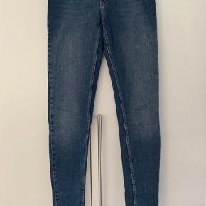Brugt meget få gang og er næsten som ny. Har ingen pletter eller andre mangler.  Disse jeans er en str 30, svarende til str M.  Det er modellen Nicole. Farven hedder Blue Heritage.  Mål fra skridt og ned: 79 cm    Mp 100kr