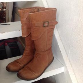 Varetype: Læderstøvler Farve: Lysebrun Oprindelig købspris: 1900 kr.  Smukke støvler med lynlås - i den meget gode ende af gmb
