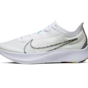 Disse Nike Zoom Fly 3 sælges (brugt på en enkelt løbetur)  Fremstår som nye og leder efter en ny ejer, som måske også er løbeentusiast 😉  De er små i str. Bruger normalt en str. 36 i sko, men løbesko må meget gerne være lidt større råder eksperterne 😊 Disse er en str. 36.5  Handler helst via MobilePay, så ved køb via TS betaler køber gebyr.
