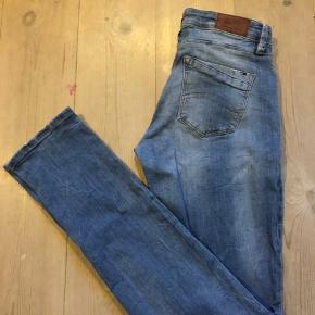 Super fede tætsiddende jeans med stretch, originalt slid med hul på knæet. Brugt 1-2 gange.   Str.28/34