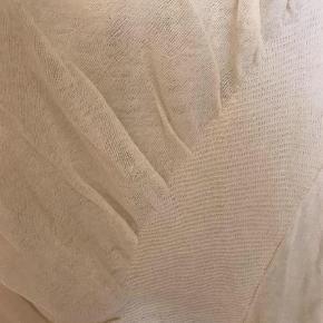Varetype: Top Farve: Creme Oprindelig købspris: 1899 kr. Prisen angivet er inklusiv forsendelse.  Unikt strikdesign fra Iben Høj - sælges få steder i DK.