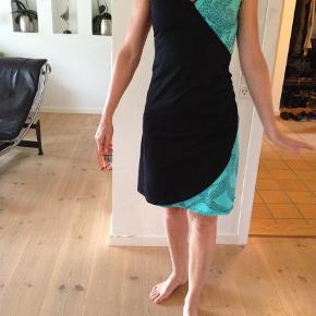 Varetype: Andet Størrelse: XS/S Farve: Sort Oprindelig købspris: 799 kr. Prisen angivet er inklusiv forsendelse.  Figursyet kjole i økologisk bomuld fra Skunkfunk, str.1 - svarer til xs/lille small. Brugt en enkelt gang og fremstår som ny. Jeg sender gerne flere billeder. Se ogsåmine øvrige annoncer, hvor jeg bl.a. har en kjole fra Pieszak, læderjakke fra Converse og sneakers fra Adidas