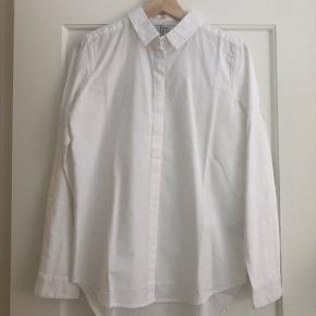 Lækker, hvid skjorte fra Envii Stadig med prismærke Aldrig brugt Nypris: 400 kr Det er en xs, men stor i str ❤️
