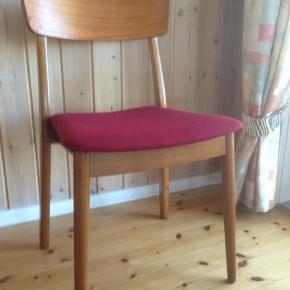 12 stk. Teak stole fra 1960'erne  med bordeauxrødt stof. Alle i pæn stand med få brugsspor.  Prisen er pr. Styk.  4 stk. for 900 kr.  H 47 D45 B 38 cm.  Det er muligt at få dem ombetrukket i anden farve for 100 kr. pr. Stol.