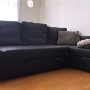FRIHETEN (IKEA Hjørnesovesofa med opbevaring, Bomstad sort imiteret læder)  Sofaen er to år gammel, den er ikke blevet sovet i, ud over når vi har haft gæster. Den er i fin stand ift. At den har to år på bagen - men har selvfølgelig lidt brugspor, dog ingen revner eller brud i materialet.  Sælges grundet flytning.  Np. 3.499.-/stk.  Ikeas salgstale: Efter en god nattesøvn kan du nemt og hurtigt lave dit soveværelse eller gæsteværelse om til en stue igen. Den indbyggede opbevaring er nem at få adgang til og har masser af plads til både sengetøj, bøger og nattøj.