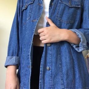 Sælger denne Denim jakke da jeg ikke får den brugt. Den er brugt få gange og fremstår derfor nærmest som ny. Jeg er en størrelse s og den fitter en smule oversized på mig, men det er ikke meget. Vil sige den passer en størrelse xs-m