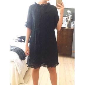 Fin kjole i str 36, men passer fint en 38 også.  Aldrig brugt. Kan hentes på Østerbro eller Hørsholm. Kan også sendes med DAO til +38kr