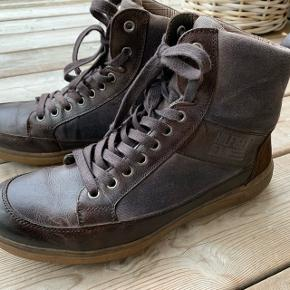 Flotte, let forede vinterstøvler med solid gummisål. Læder med lærredsdetaljer. Brugt få gange.