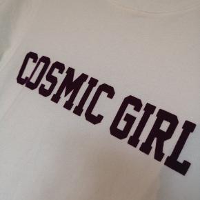 Hvid tshirt med print fra H&M. Brugt en enkelt gang. Så pæn som ny.  Køber betaler fragt.