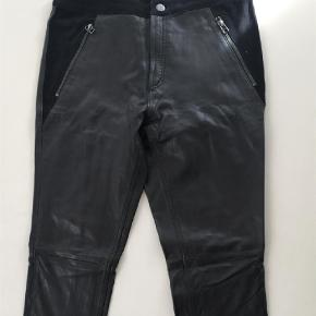 Varetype: Bukser Farve: Sort  Fine læder bukser med smalle ben og ruskindsdetaljer. Kun brugt ganske få gange. Betaling via mobilepay, jeg bytter desværre ikke. Køber betaler evt fragt.
