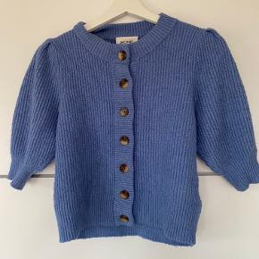 Lækker trøje med trekvart-ærmer fra Monki. Brugt, men i rigtig fin stand, og uden pletter eller huller. En str. S og passes af en S-XS:)