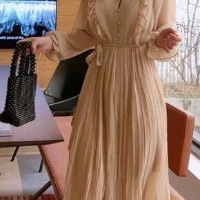 Beige kjole med plizze og flæser