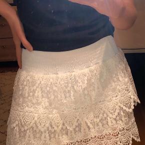 Sælger denne fine neo noir nederdel. Jeg ved der er en lille plet på, men kan ikke få øje på den lige nu, så det er ikke noget man lægger mærke til ⭐️