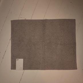 Hm, H&M bademåtte i mørkegrå. 60*46 cm