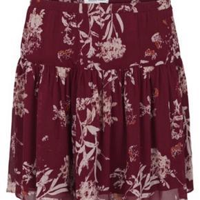 Skøn nederdel med det fineste print fra second female. Stadig med prismærke på. Den er størrelsessvarende.   Se også at jeg har blusen til salg også🌷