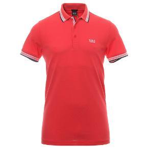 BOSS Athleisure Regular | Paddy Polo T-shirt | Rød  Polo t-shirt fra Boss Athleisure 100% bomuld 3-knaps stolpelukning Broderet logo på brystet og i siden Kontrastfarve og logo indvendig i kraven Klassisk pique polo med kontrastfarve og logo indvendig i kraven. Kan anvendes til hverdag, fritid og pænere brug kombineret med jeans eller chinos.  100% Bomuld A