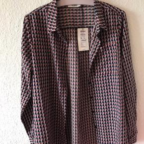 Skjorte med mønster fra Magasin Du Nord. Størrelse medium - nypris 149,50 kr.  aldrig brugt og stadig med prismærke