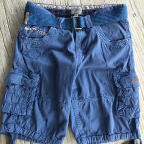 Varetype: Shorts Farve: Lyseblå Oprindelig købspris: 1200 kr. Prisen angivet er inklusiv forsendelse.  Helt nye shorts til drenge/mænd i str. small. Er aldrig brugt. Mærke sidder stadig på bag på bukserne.