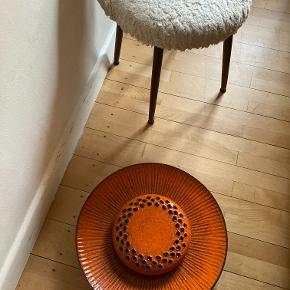 Fantastisk keramik retro væglampe i orange. Diameter 45 cm. Helt unik. Formentlig fra 60erne/70erne. Så flot!