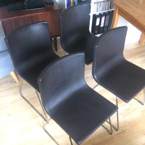 4 spisestole i mørkt læder sælges samlet for 400 kr. God siddekomfort med let fjedrende ryg. Let og elegant udtryk. Mål: Bredde: 45 cm, siddehøjde 47 cm, ryghøjde 80 cm og dybde 43 cm.