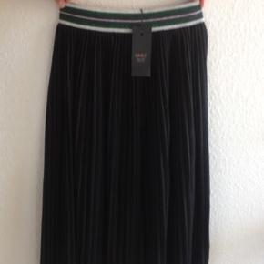 Mærket stadig på Sort nederdel med grøn glimmerkant