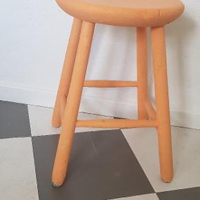Fin gammel taburet. Er målet i orange, men kan nemt males i en anden farve.