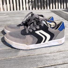 Oprindelig købspris: 650 kr. Super fede Geox sko, som er i virkelig flot stand. Er kun brugt få gange og står derfor som næsten nye. Men da de har været brugt udendørs kan det ses at de ikke er nye. Geox er okay store i størrelsen i forhold til andre mærker.  Pris: 100 kr pp