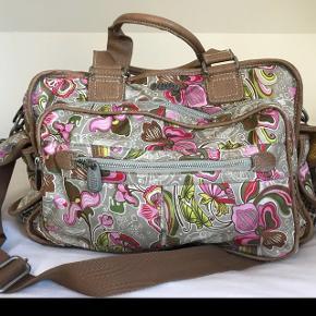 Stor og rummelig taske, som er i rigtig god stand. Skulderrem medfølger! Byd gerne og skriv for flere billeder